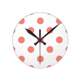Lunares enormes - rosa coralino en blanco reloj redondo mediano