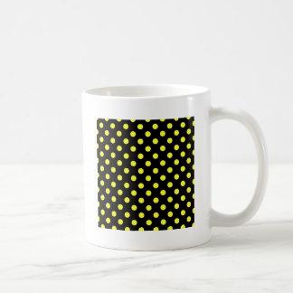 Lunares grandes - amarillo eléctrico en negro taza básica blanca