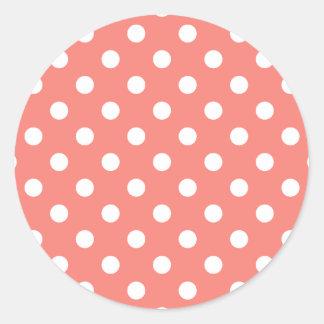 Lunares grandes - blanco en el rosa coralino pegatina redonda