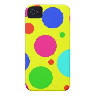 Lunares grandes coloridos de la diversión en iPhone 4 Case-Mate cárcasa