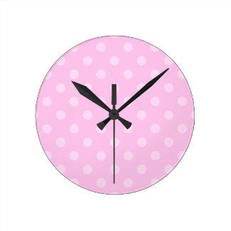 Lunares grandes - rosa claro en rosa reloj redondo mediano
