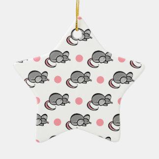 Lunares lindos del ratón, de los ratones, rosados adorno navideño de cerámica en forma de estrella