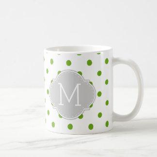 Lunares modernos de la verde lima con el monograma taza