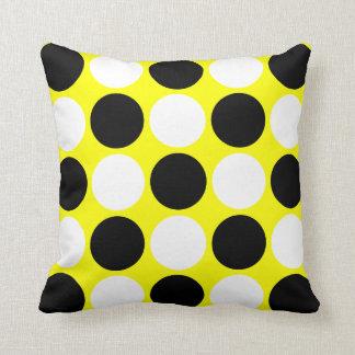Lunares negros y blancos retros en amarillo cojín