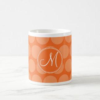 Lunares personalizados del naranja de la inicial d taza