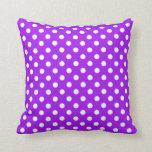 Lunares púrpuras y blancos almohada