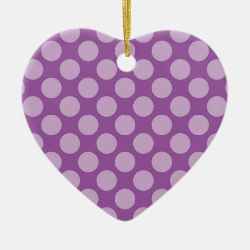 Lunares purpúreos claros femeninos en los regalos adorno navideño de cerámica en forma de corazón