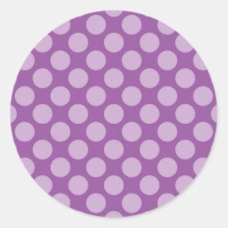 Lunares purpúreos claros femeninos en los regalos etiqueta redonda