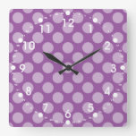 Lunares purpúreos claros femeninos en los regalos  reloj de pared