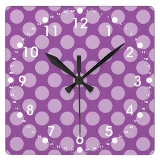 Lunares purpúreos claros femeninos en los regalos  reloj cuadrado