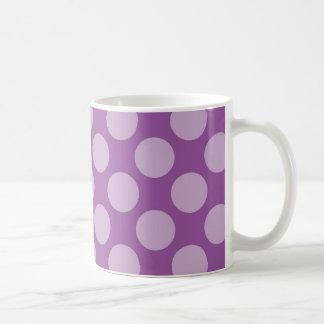 Lunares purpúreos claros femeninos en los regalos taza