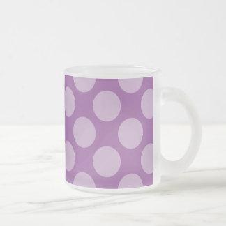 Lunares purpúreos claros femeninos en los regalos taza de cristal