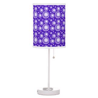 Lunares retros de la púrpura del estilo lámpara de escritorio