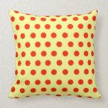 Lunares rojos con el fondo amarillo almohadas
