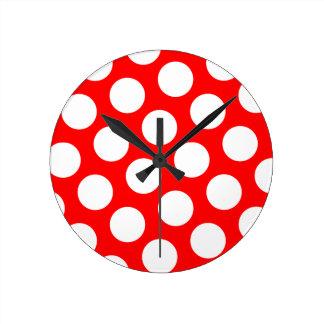 Lunares rojos y blancos grandes reloj redondo mediano