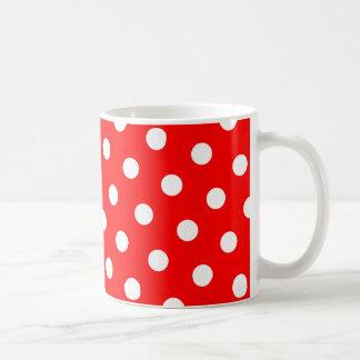 Lunares rojos y blancos taza básica blanca