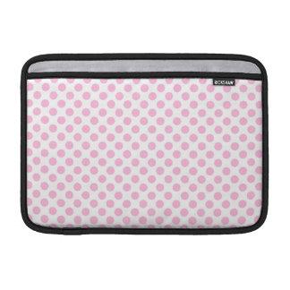 Lunares rosados con el fondo adaptable fundas macbook air