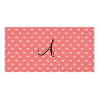 Lunares rosados coralinos de la perla del monogram tarjeta fotografica personalizada