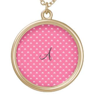 Lunares rosados de la perla del monograma pendiente