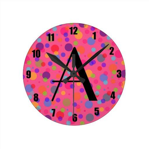 Lunares rosados del arco iris del monograma relojes de pared