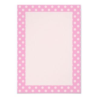 """Lunares rosados, fondo rosado invitación 4.5"""" x 6.25"""""""