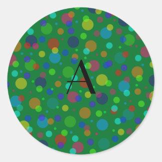 Lunares verdes del arco iris del monograma pegatina redonda