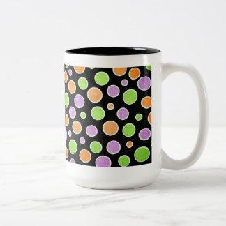 Lunares verdes y púrpuras anaranjados taza de dos tonos