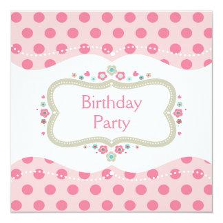 """Lunares y fiesta de cumpleaños rosados lindos de invitación 5.25"""" x 5.25"""""""