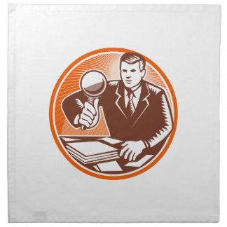Lupa del hombre de negocios que mira documentos servilleta