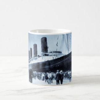 Lusitania atracado en tono del azul de New York Ci Tazas De Café