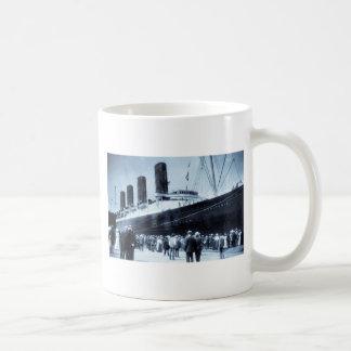 Lusitania atracado en tono del azul de New York Ci Tazas