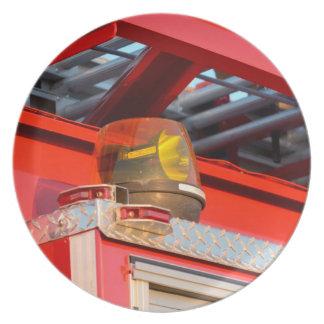 luz ámbar en el coche de bomberos platos de comidas