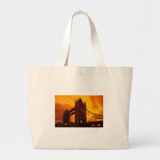 Luz anaranjada del puente de la torre bolsas
