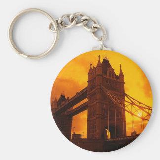 Luz anaranjada del puente de la torre llaveros