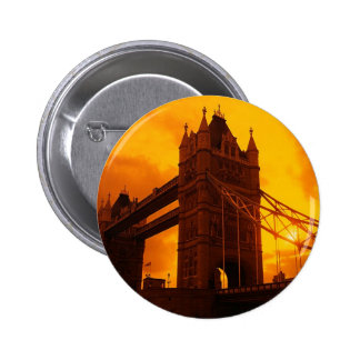 Luz anaranjada del puente de la torre pins
