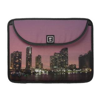 Luz de la puesta del sol sobre Miami después de un Fundas Macbook Pro