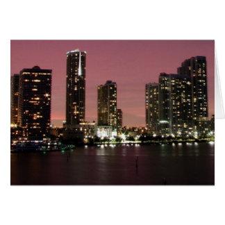 Luz de la puesta del sol sobre Miami después de un Tarjetas