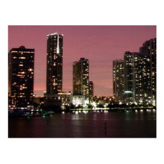 Luz de la puesta del sol sobre Miami después de un Tarjetas Postales