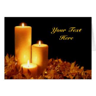 Luz de una vela en los pasteles suaves adaptables felicitacion