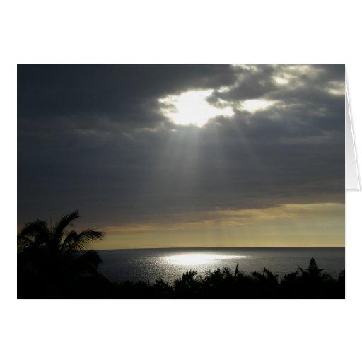 Luz del sol a través de la tarjeta de las nubes