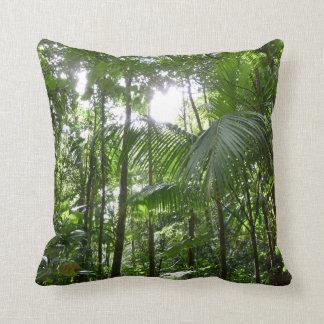 Luz del sol con verde tropical del toldo de la almohada