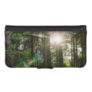 Luz del sol de la tarde en un paisaje del bosque funda billetera para teléfono