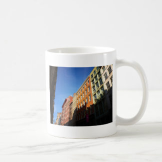 Luz del sol en los edificios de Soho, NYC Tazas