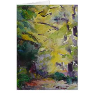 Luz del sol en una trayectoria de bosque por el tarjeta de felicitación