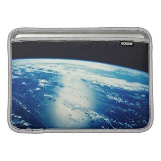 Luz del sol que brilla en el océano funda  MacBook
