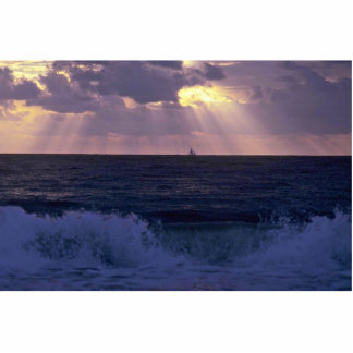 Luz del sol que sorbe a través de las nubes sobre  fotoescultura vertical