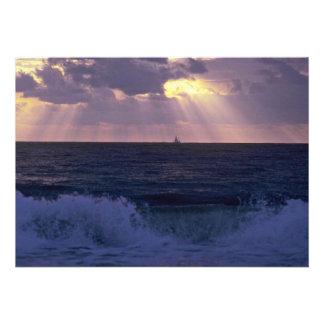Luz del sol que sorbe a través de las nubes sobre invitación personalizada