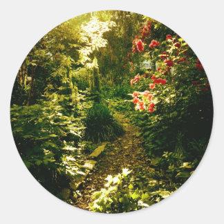 Luz del sol sobre una trayectoria del jardín pegatina redonda