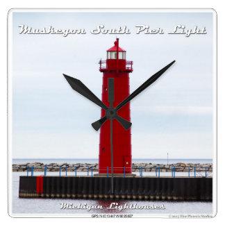 Luz del sur del embarcadero de Muskegon - reloj de