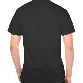 Luz del viaje con la maleta en su camiseta trasera